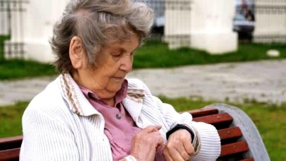 Умные браслеты для пожилых людей в 2020 году
