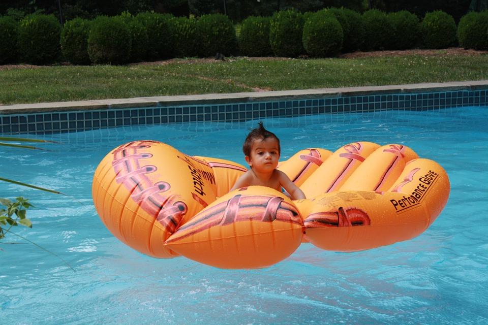 Лучшие надувные матрасы для плавания в 2020 году