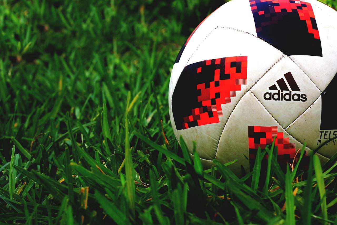 Рейтинг лучших футбольных мячей для улицы и зала на 2020 год
