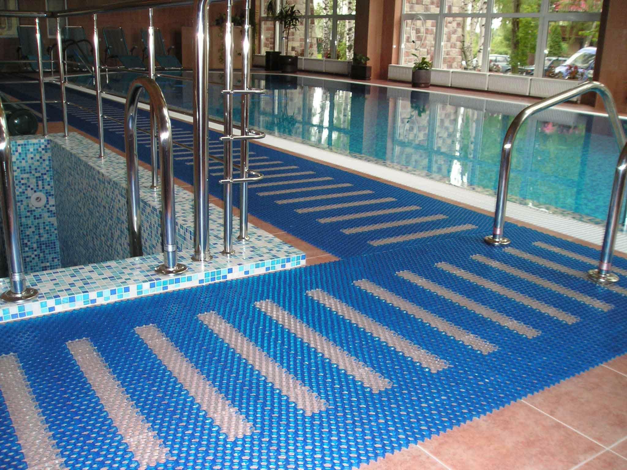 Рейтинг лучших напольных покрытий для бассейнов на 2021 год